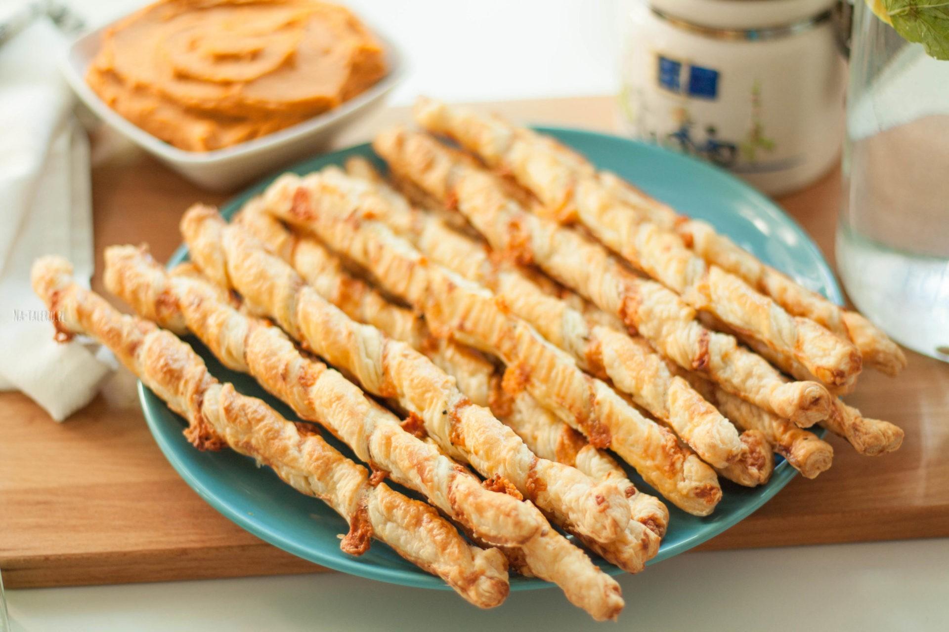 serowe paluszki z ciasta francuskiego