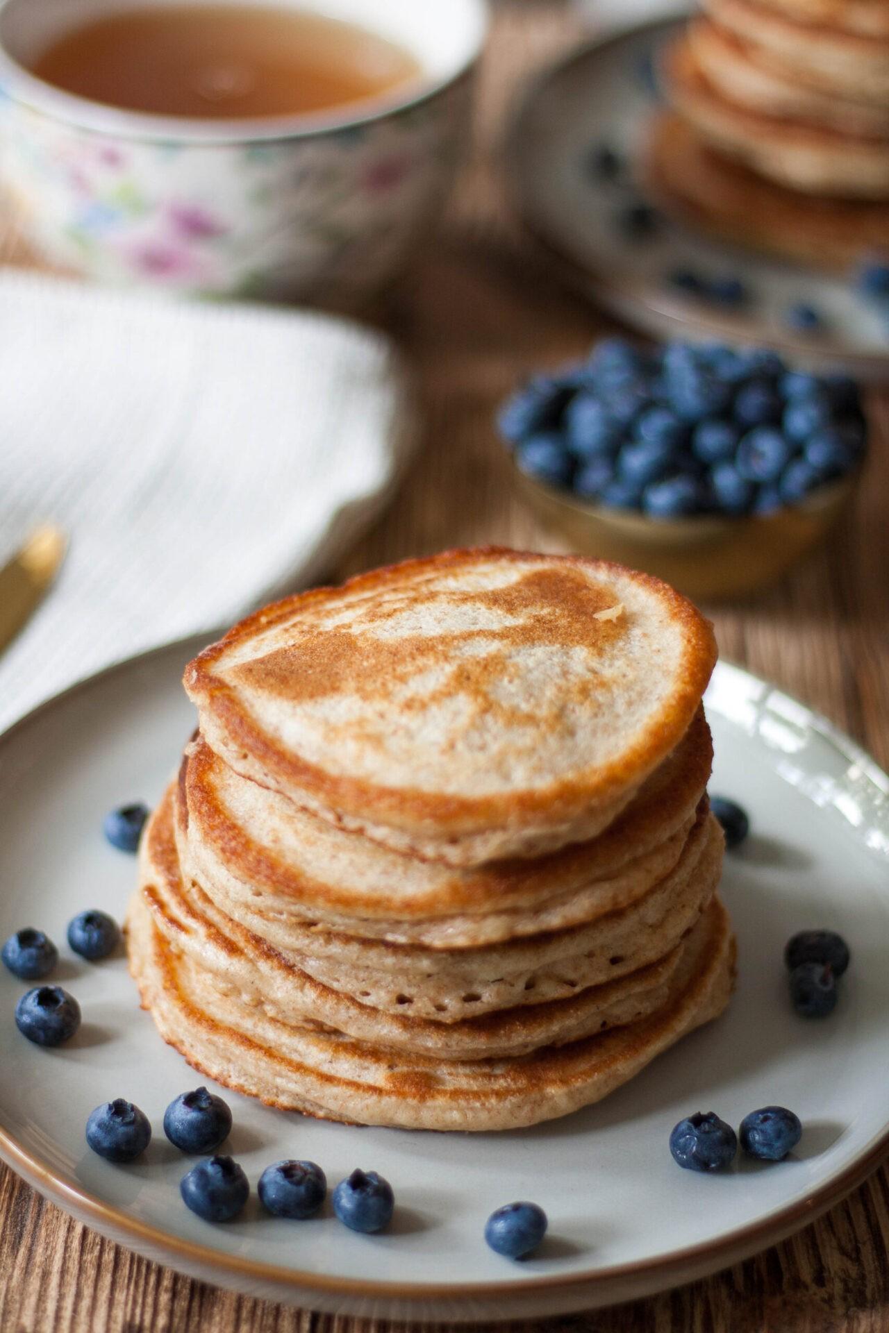 pełnoziarniste placki z jogurtem greckim, syropem klonowym i borówkami