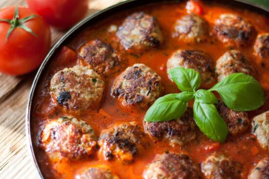 Klopsiki z indyka z cukinią w sosie pomidorowym