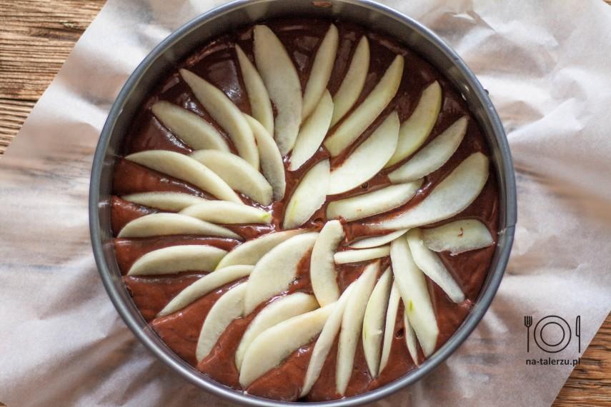 proste ciasto czekoladowe z gruszkami przed włożeniem do piekarnika