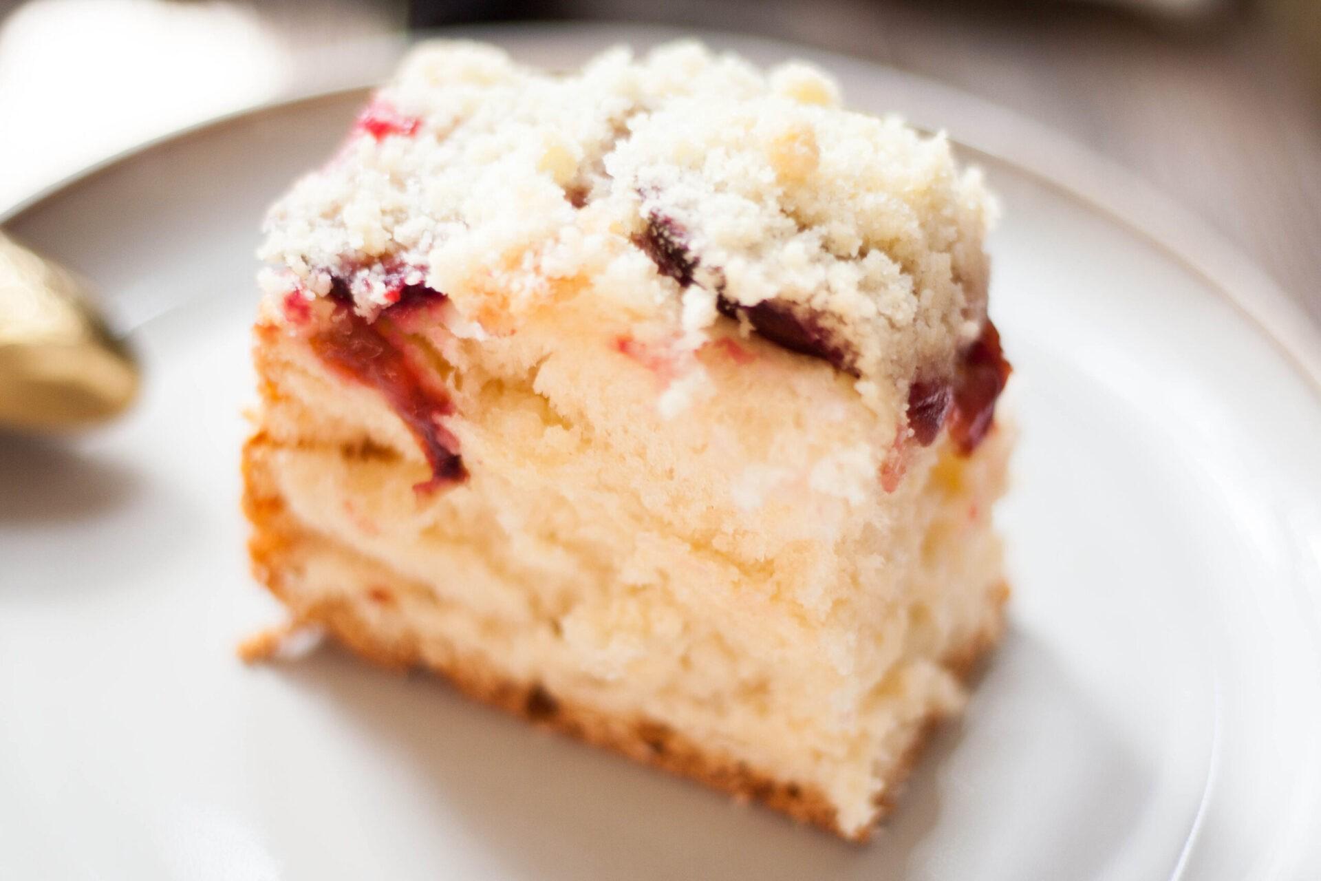 ciasto drożdżowe ze śliwkami i kruszonką na talerzyku