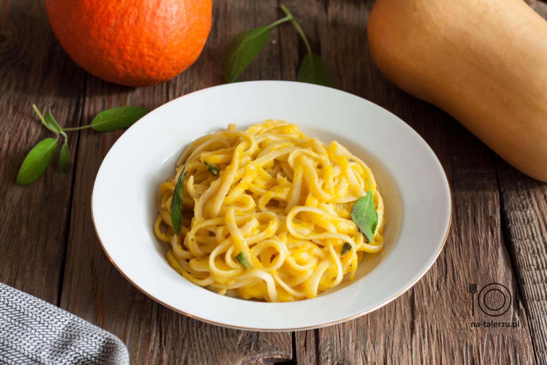 Spaghetti z sosem dyniowym i szałwią