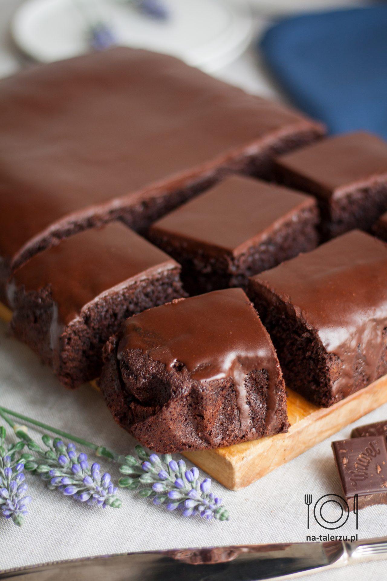 Szybkie Ciasto czekoladowe z suszonymi wiśniami