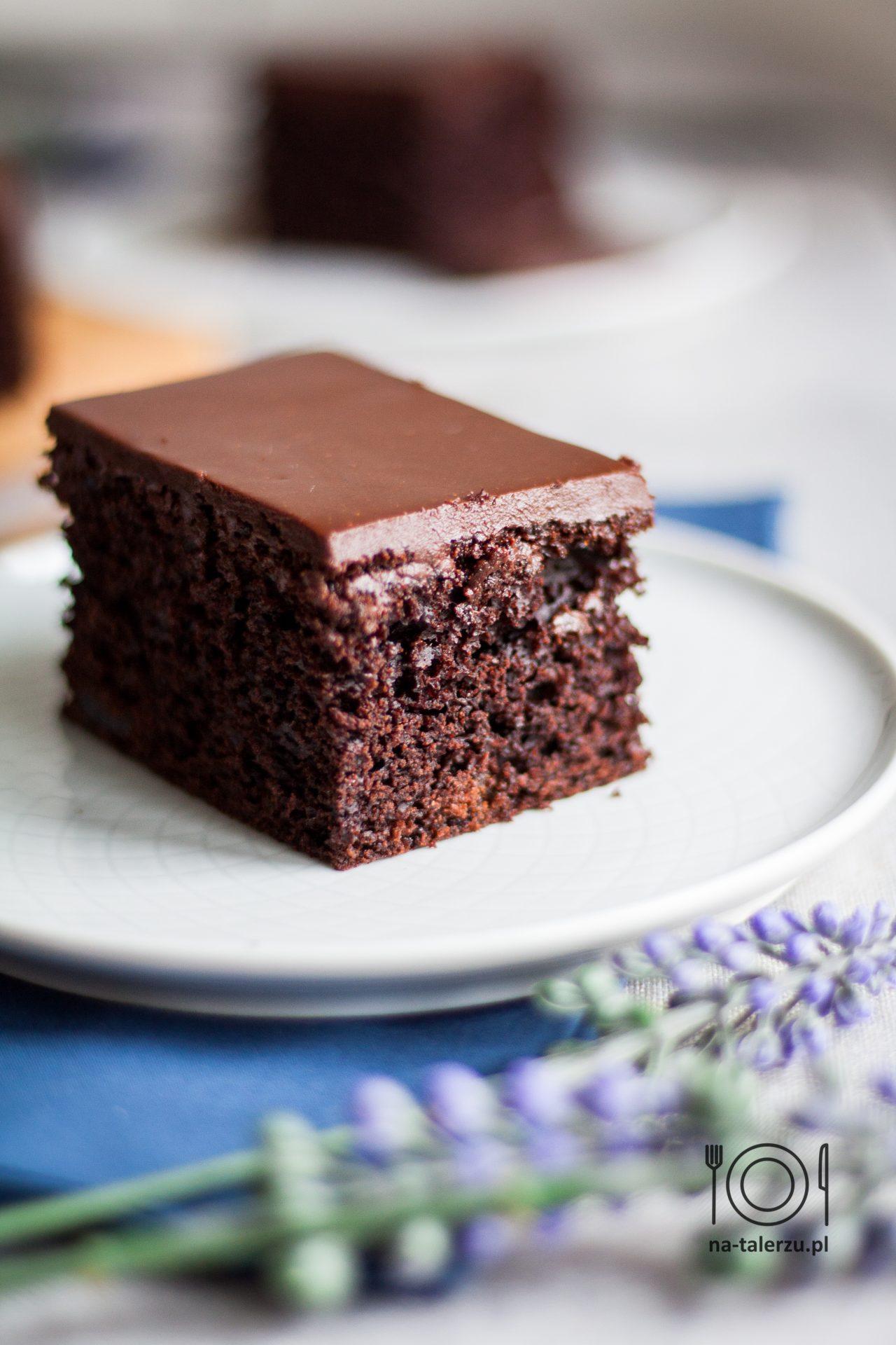 Szybkie Ciasto czekoladowe z suszonymi czereśniami