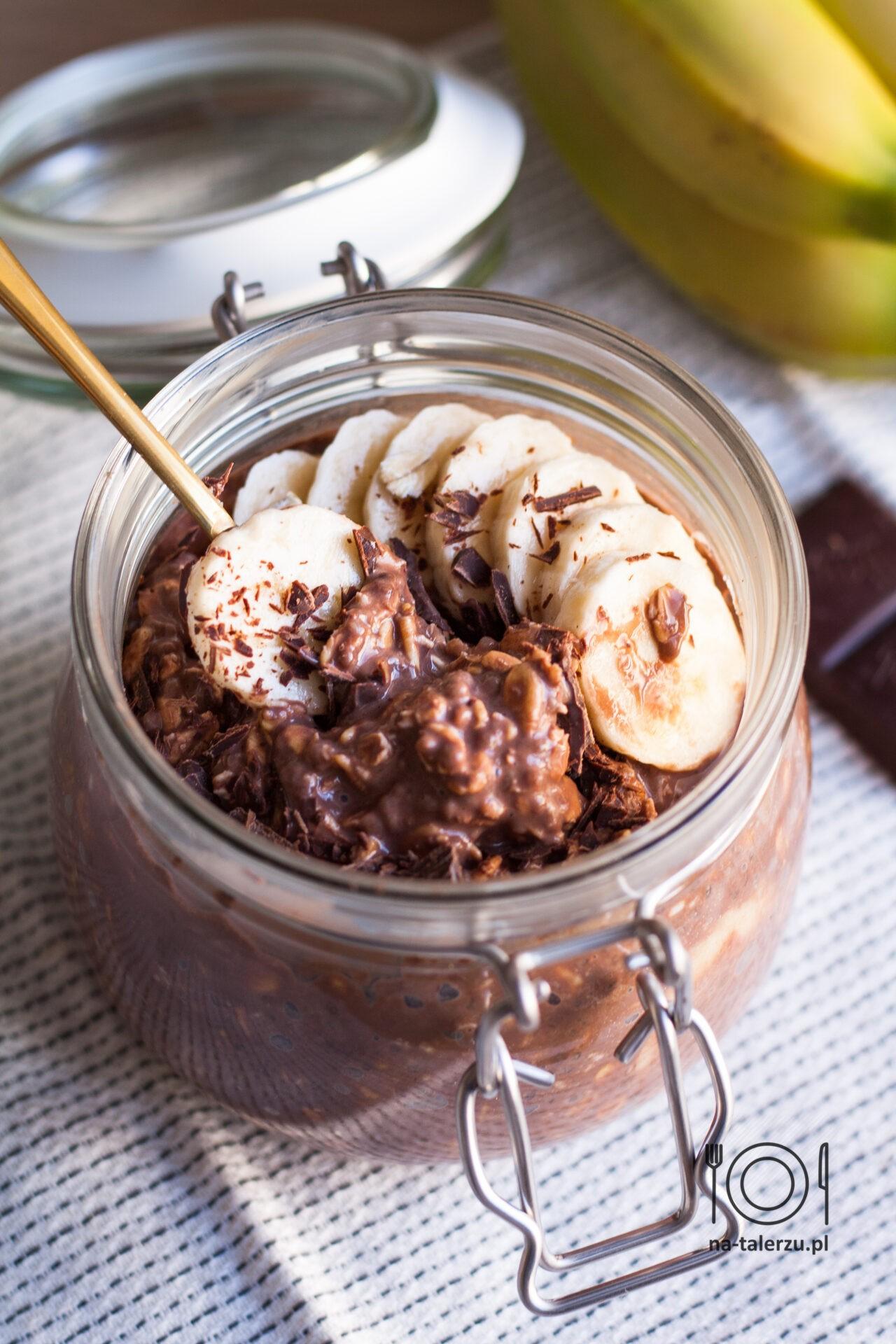 Nocna owsianka czekoladowa z bananem