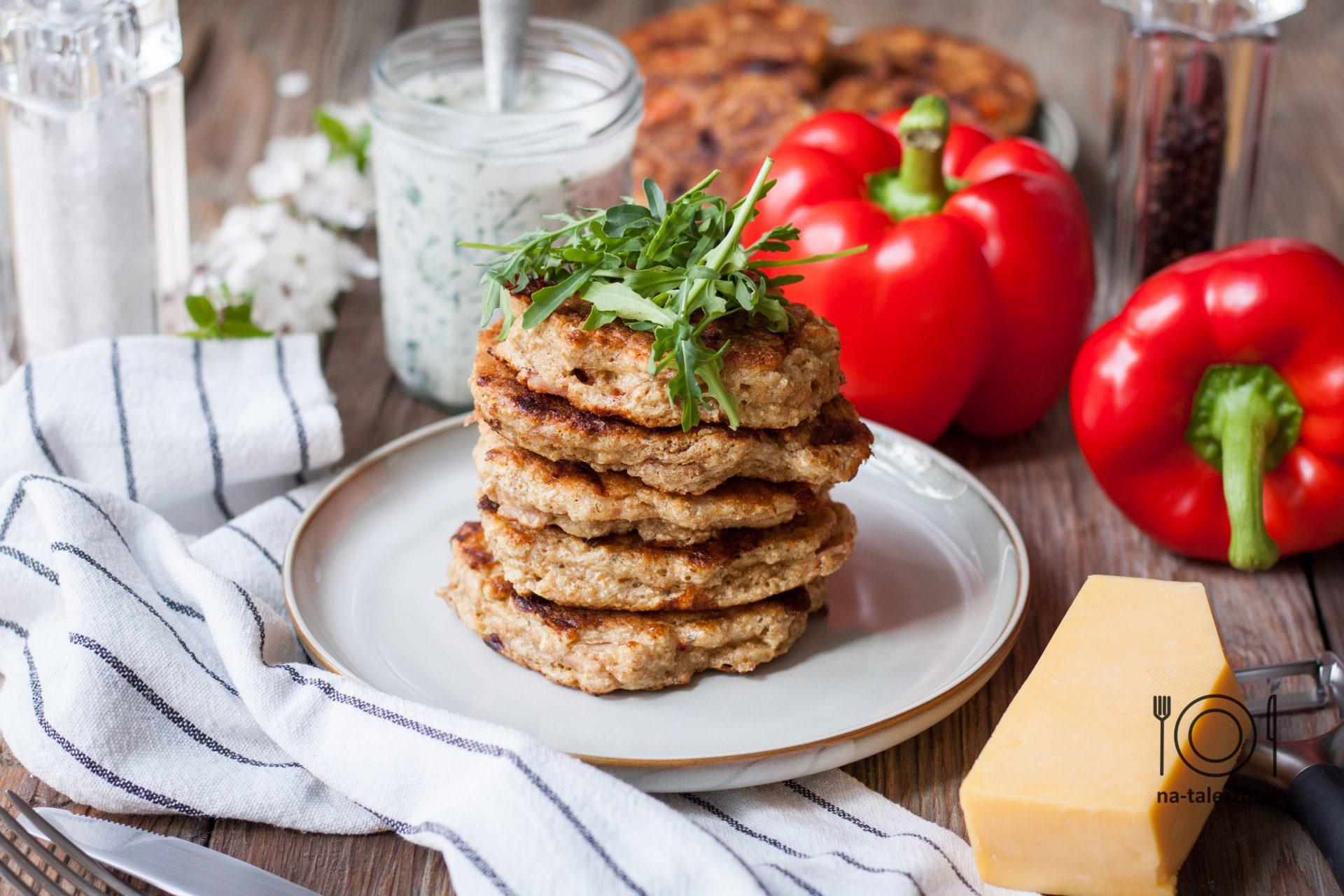 Proteinowe placuszki z serem, szynką i papryką