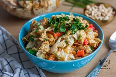 Azjatycka sałatka z kurczakiem i orzechowym dressingiem