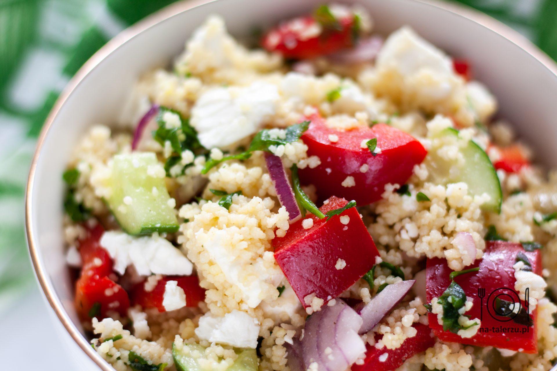 Letnia sałatka z fetą, kuskusem i warzywami